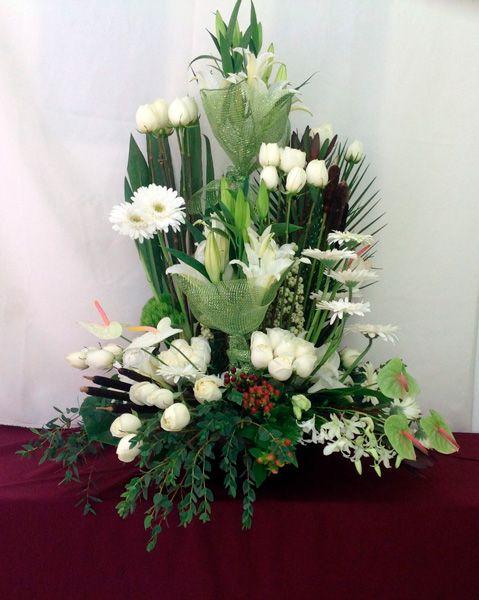 Arreglo fúnebre con rosas blancas