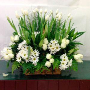 Arreglo fúnebre con tulipanes y rosas