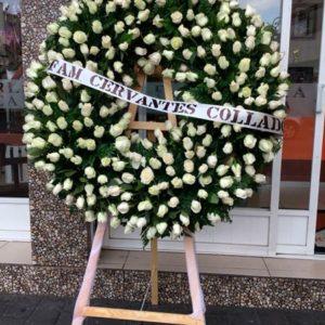 Corona con rosas blancas