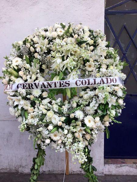 Corona con flores mixtas blancas