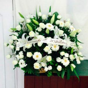 Pie de caja floral, rosas y casa blancas