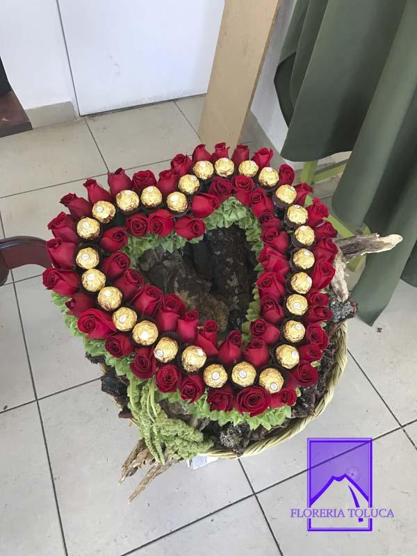 Corazón rosas rojas y chocolates