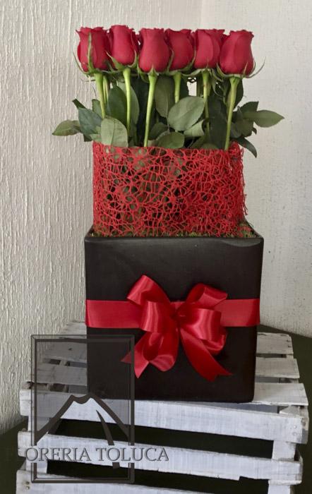 Cubo con moño 24 rosas