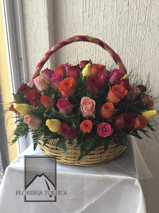 Canasta ternura c/4 docenas rosas de colores