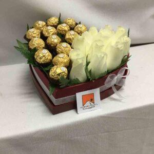 Corazón blanco y chocolates